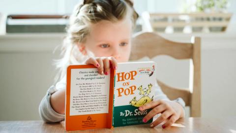 Wethouder Madelon van Noort leest voor tijdens Kinderboekenweek