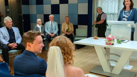 Wethouder David de Vreede getrouwd door burgemeester Mieke Baltus