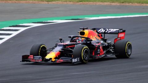Max Verstappen racet online volop door